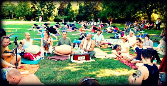 Mindenki aki számít ki jött a mantra piknikre.