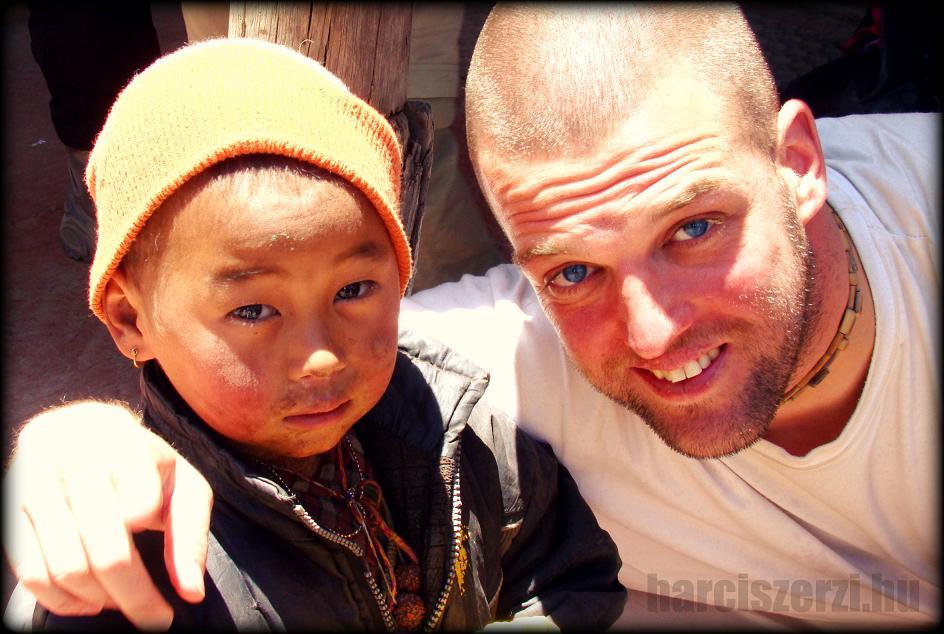 harciszerzi egy nepáli kisfiúval