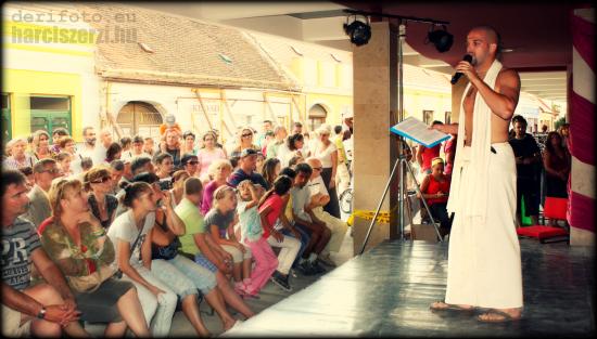Harciszerzi a Savaria karneválon, a Kelet udvarban hastáncikat konferál.