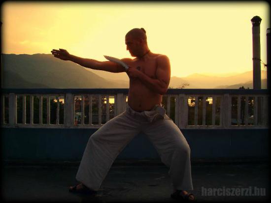 Harciszerzi Nepálban edz egy trópusi vihar után